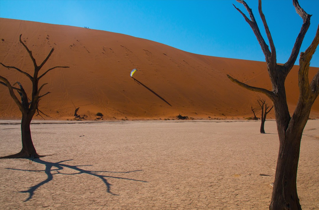 Flying in Sossuvlei ©Perrine Broust - Frequent Flyers - Paragliding in Namibia