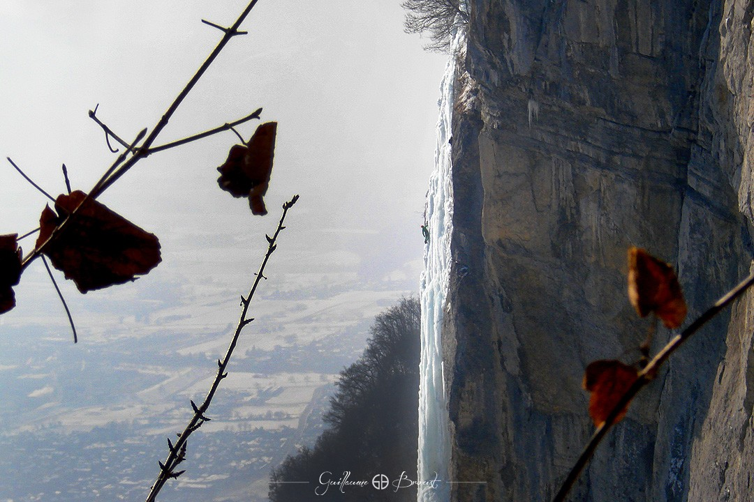 Ice climbing - L'Oule ice fall (V+, 5+) ©Guillaume Broust