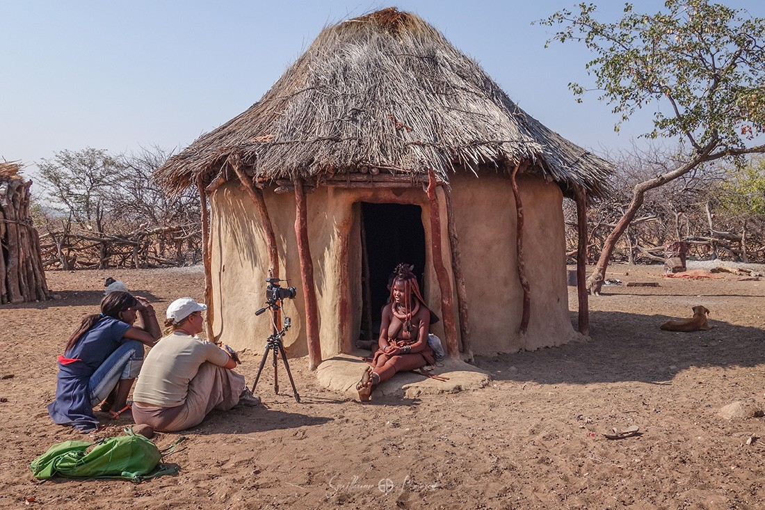 Making-of - Interview en village Himba, Namibie ©Les Chants de l'Eau - Film Documentaire