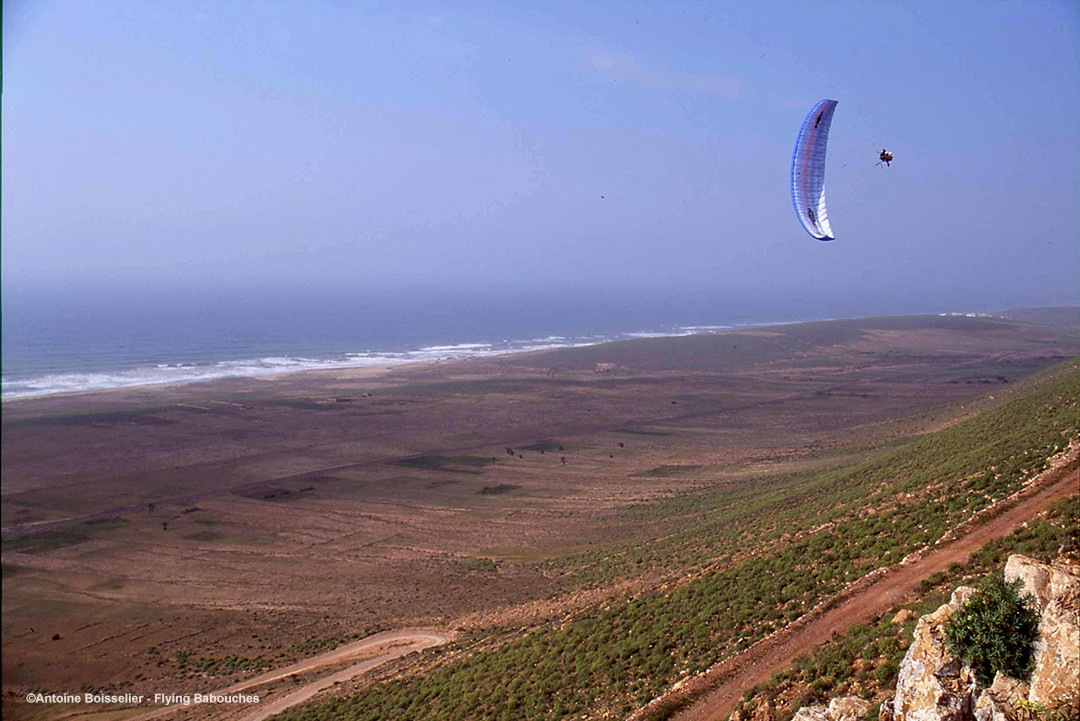Paragliding in Morroco - Guillaume Broust on a wing-over ©Antoine Boisselier