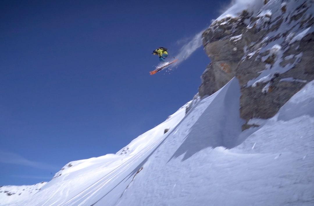 Bon Appétit Ski - Gaëtan Gaudissard saute une barre rocheuse à Sainte-Foix ©Guillaume Broust