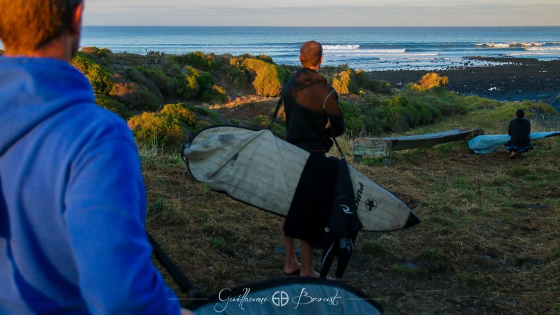 Surfers looking for the waves ©Guillaume Broust - Les Chants de l'Eau