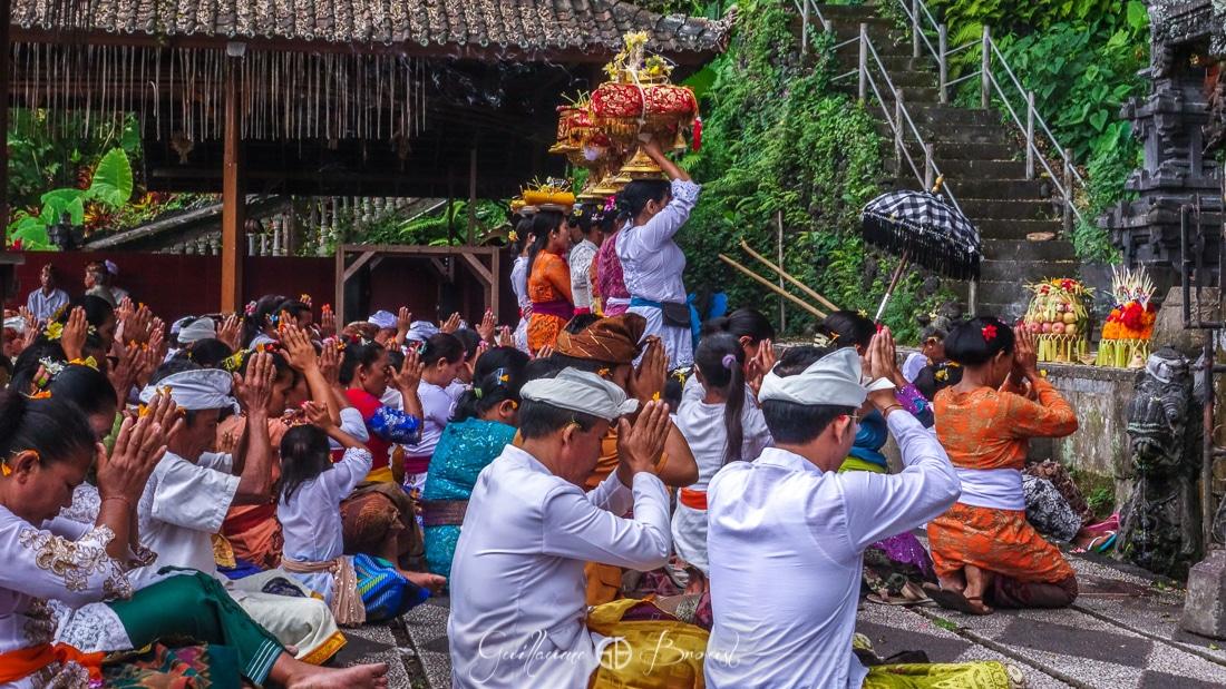 Prayers in Indonesia - Water Palace ©Guillaume Broust - Les Chants de l'Eau