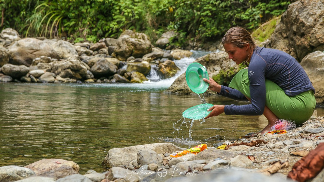 Washing dishes in Indonesia - Gunung Leuser National Parc ©Guillaume Broust - Les Chants de l'Eau